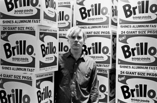 Andy Warhol in mezzo alle Brillo Boxes